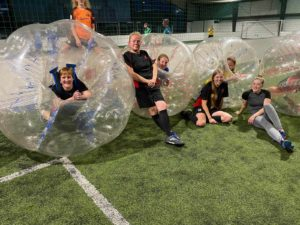 Tus Rot-Weiß Damen beim Bubblesoccer im TCE